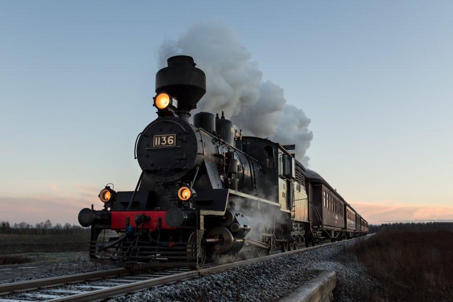 Zug fährt auf Schienen