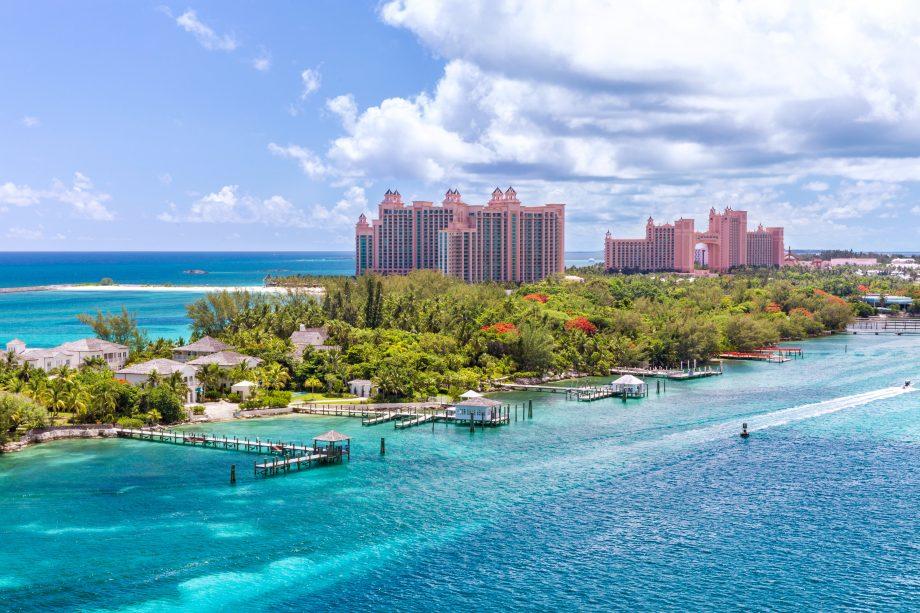 Nassau, Bahamas, mit Bäumen im Vorder- und Hotel im Hintergrund