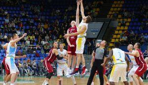 Basketballer versuchen, den Ball am Anfang des Spiels zu holen