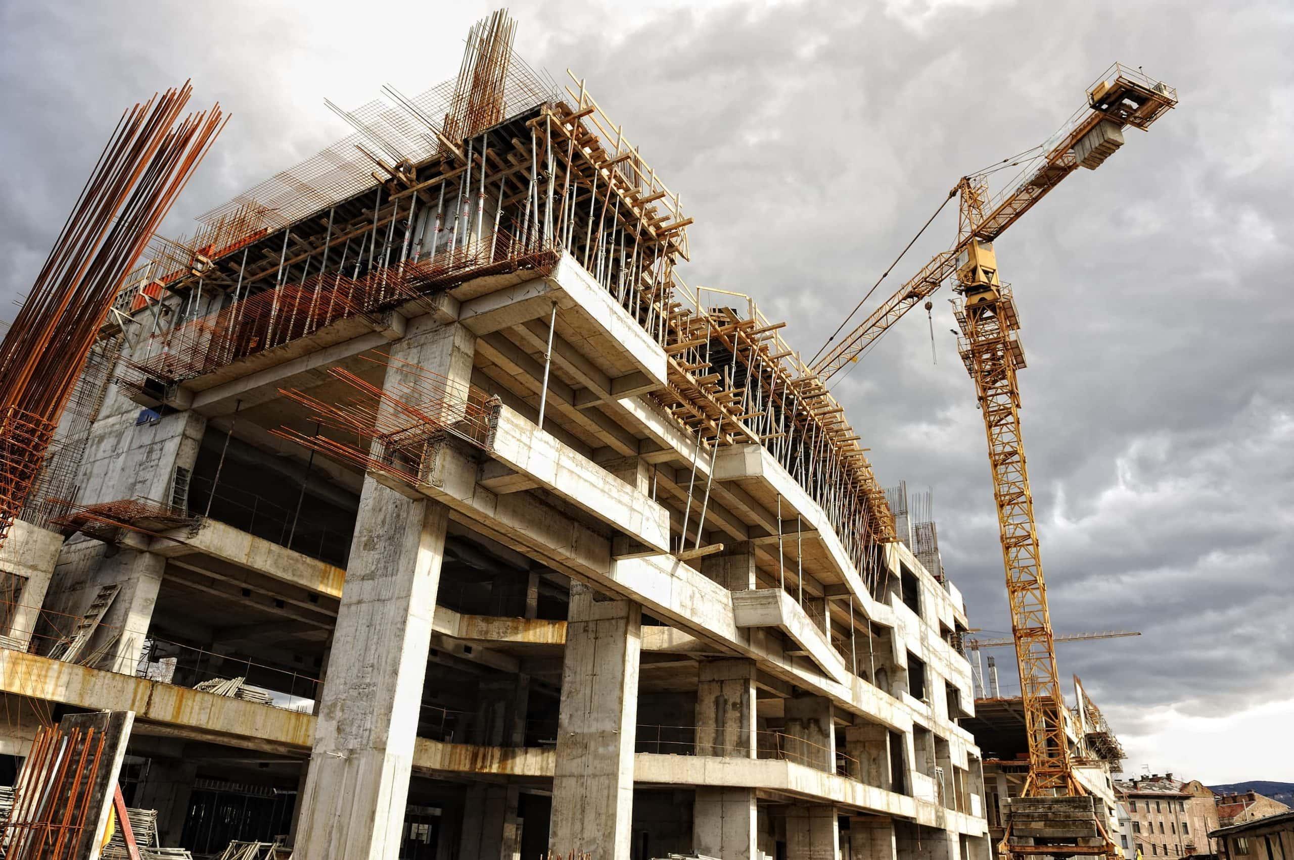 Baustelle mit Kran im Hintergrund