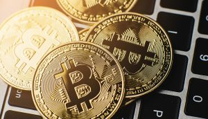 Bitcoin-Münzen auf einem Laptop