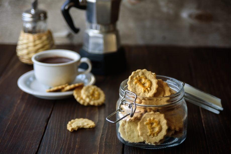 Kaffee und Kekse mit Bitcoin-Muster
