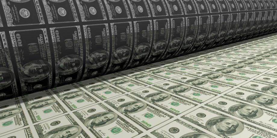 Ein Gelddrucker druckt US-Dollar-Scheine