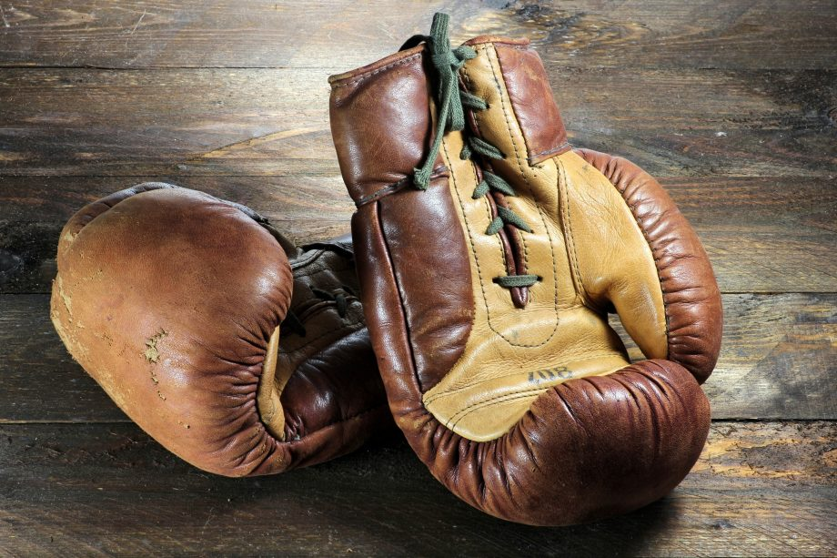 Boxhandschuhe liegen auf Holz