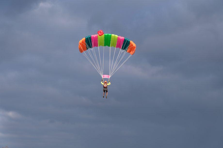 Fllschirmspringer springt Fallschirm