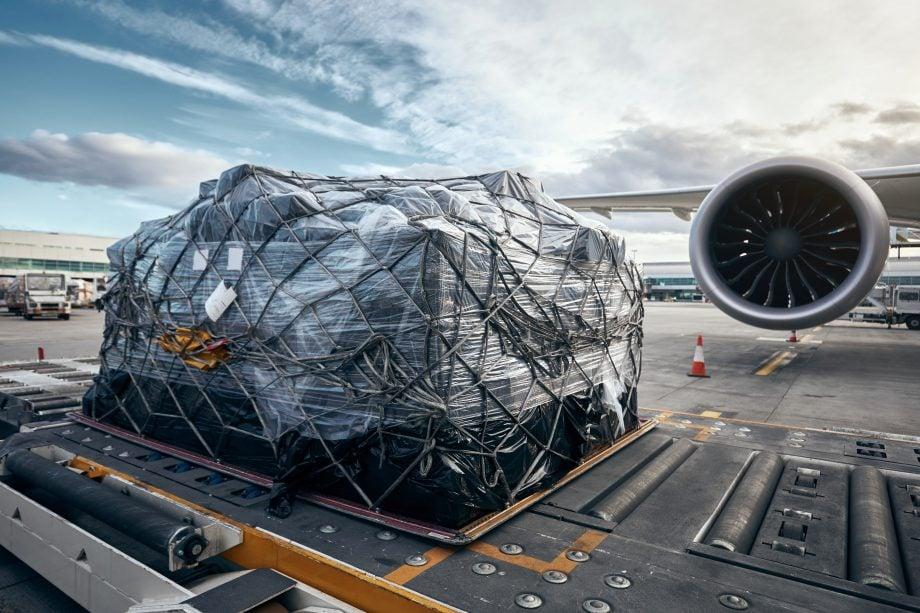 Luftfracht vor einem Flugzeug