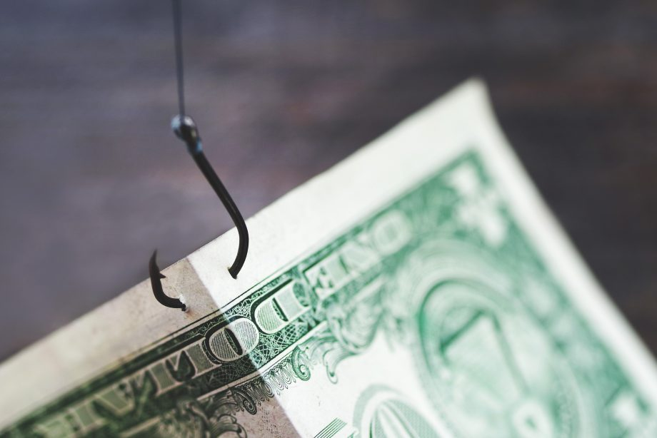 Geldschein hängt an Angel