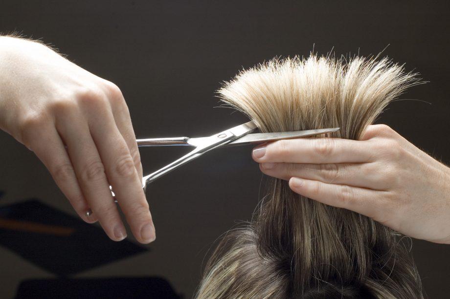 Frisör schneidet Haare