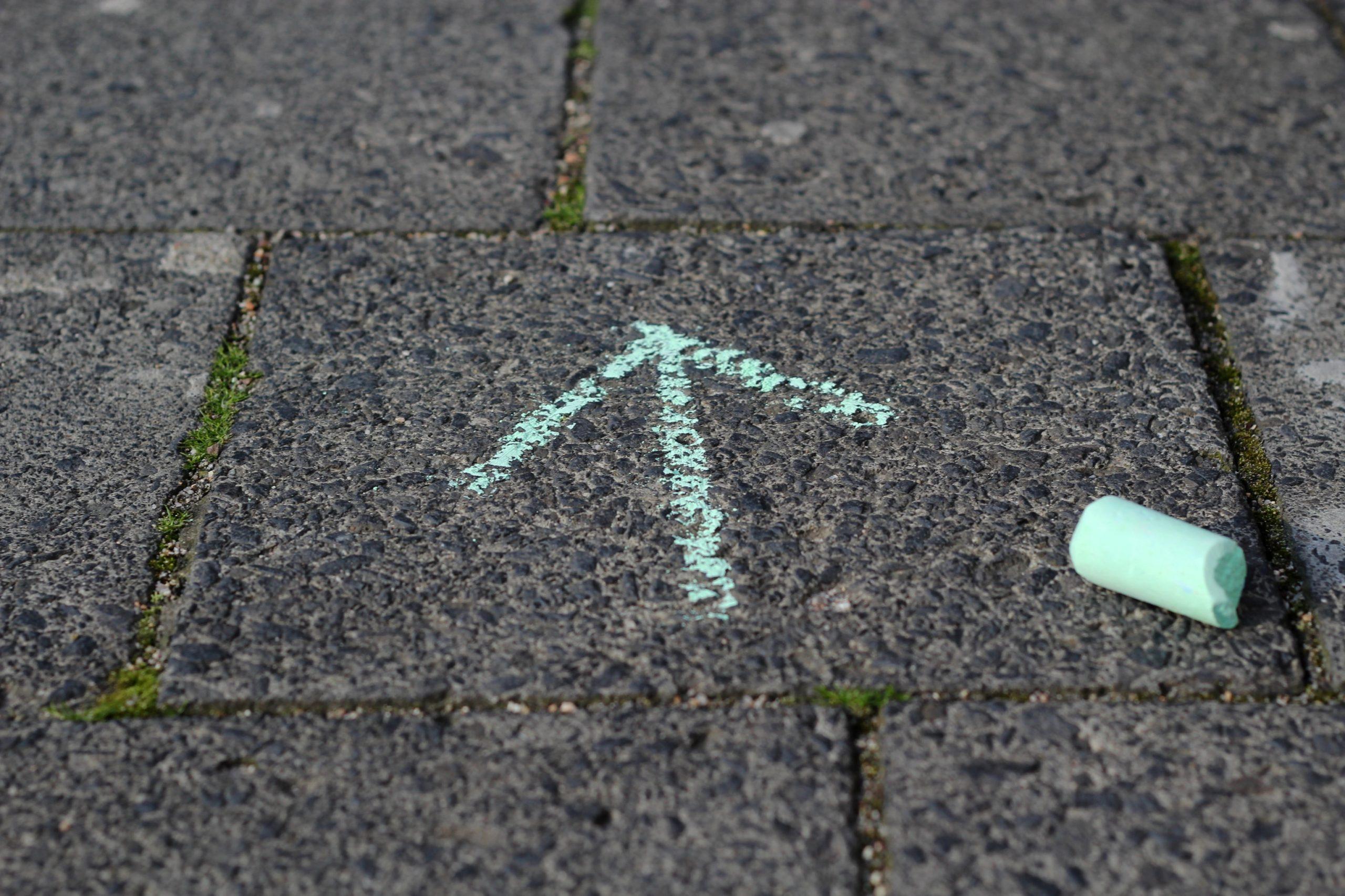 Kreidepfeil auf Straße