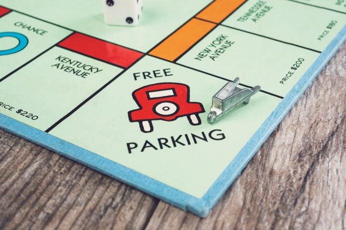 Monopoly-Spielfigur steht auf Frei Parken.