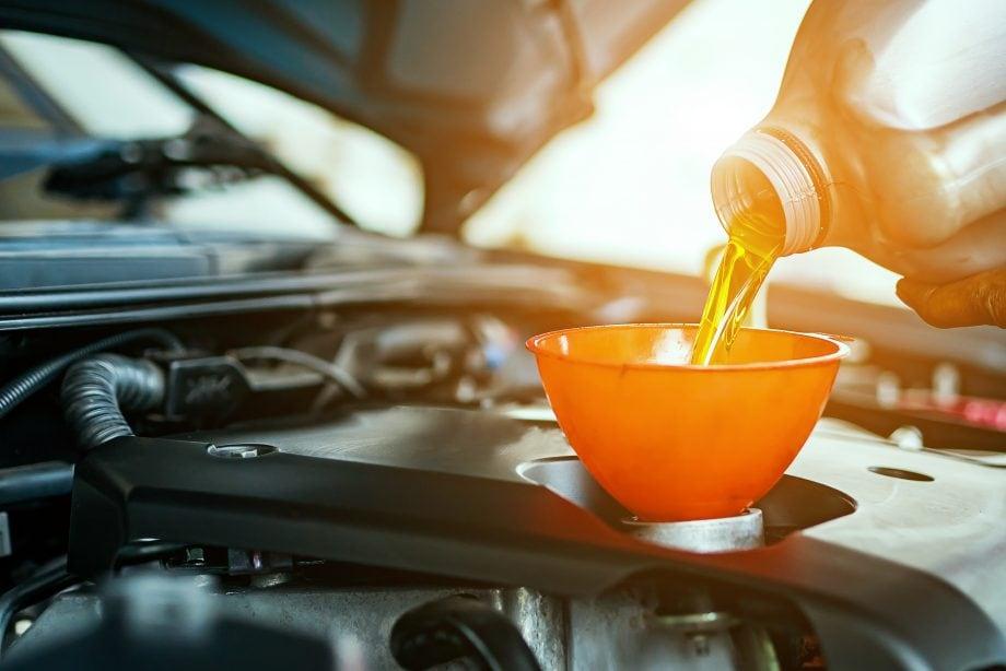 Motor wird mit Motoröl befüllt