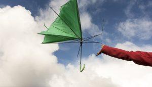 Kaputter Regenschirm fliegt im Wind davon