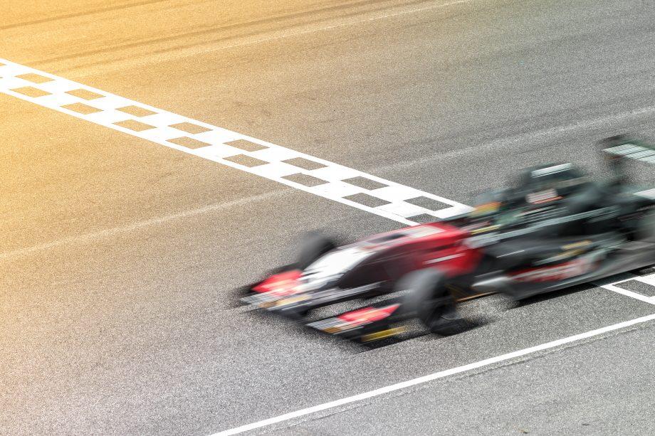 Rennwagen zieht an Zielgerade vorbei