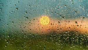 Sonne hinter verregneter Glasscheibe