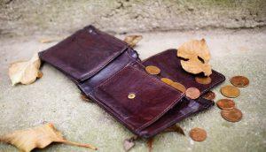 Eine Geldbörse liegt auf dem Boden
