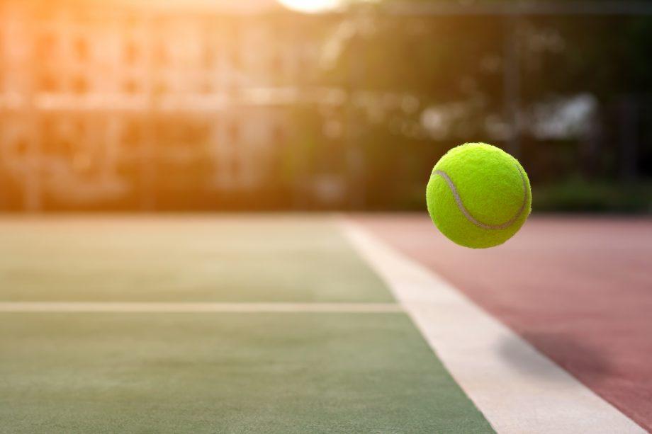 Tennisball auf Spielfeld