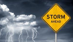 Schild mit Sturm-Warnung vor einem Gewitter-Hintergrund