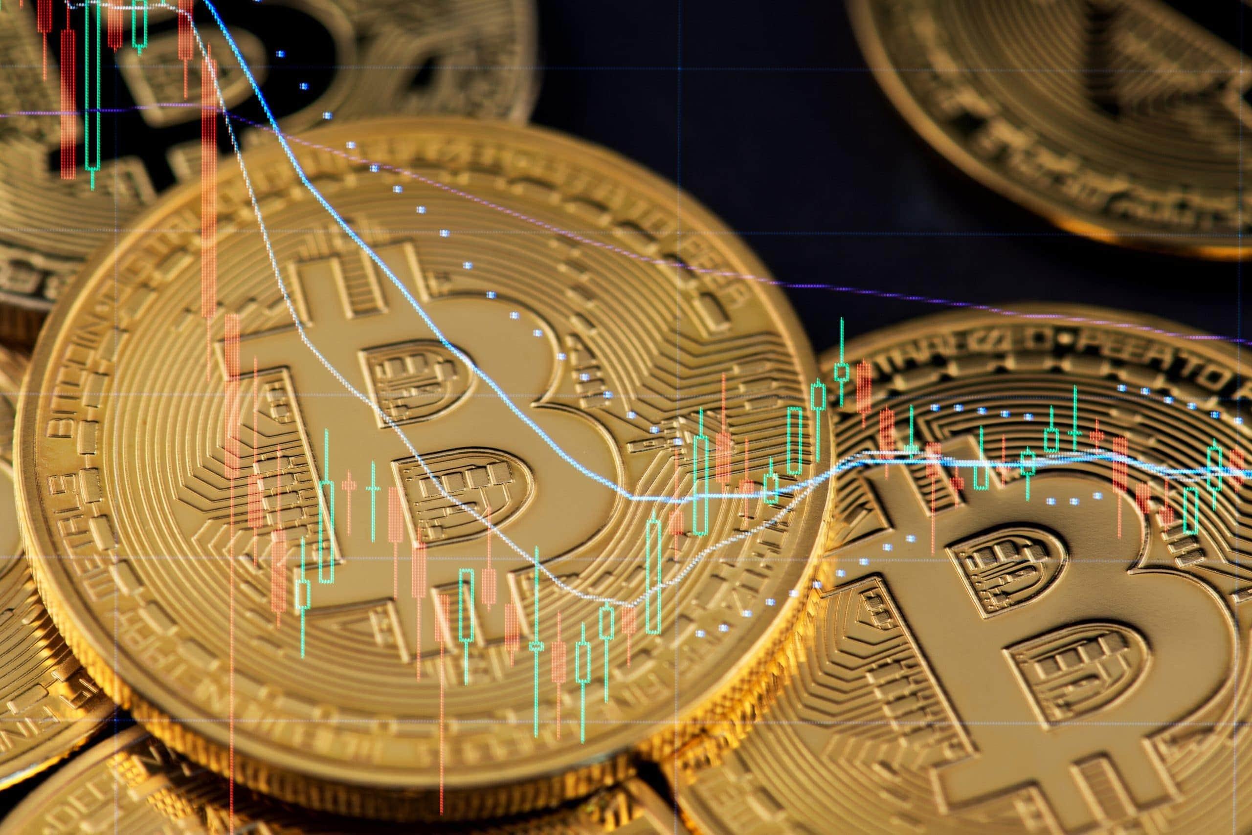 Grafik mit Bitcoin-Münzen und Kurs-Chart