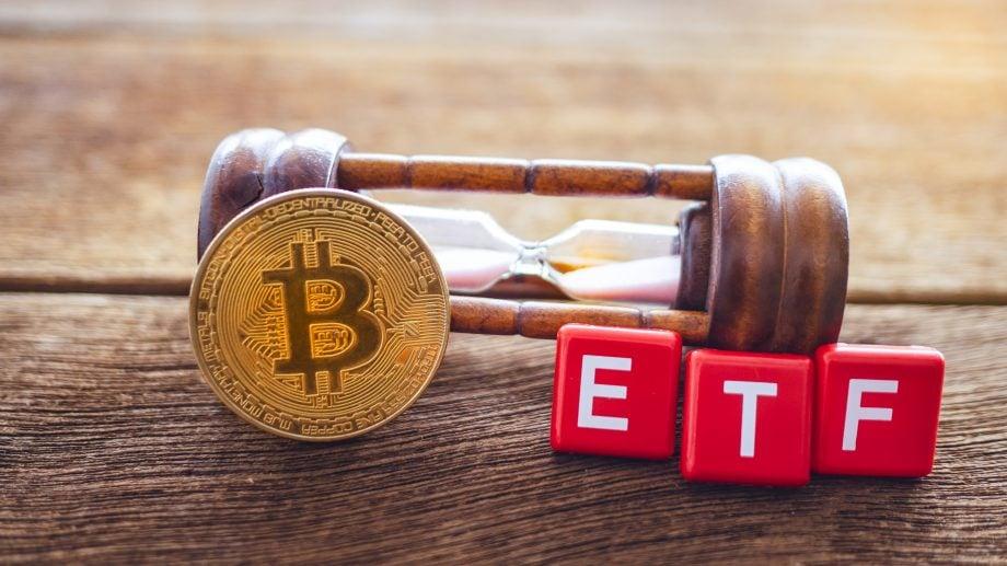 Bitcoin-Münze und die Buchstaben E,T, und F vor einer Sanduhr