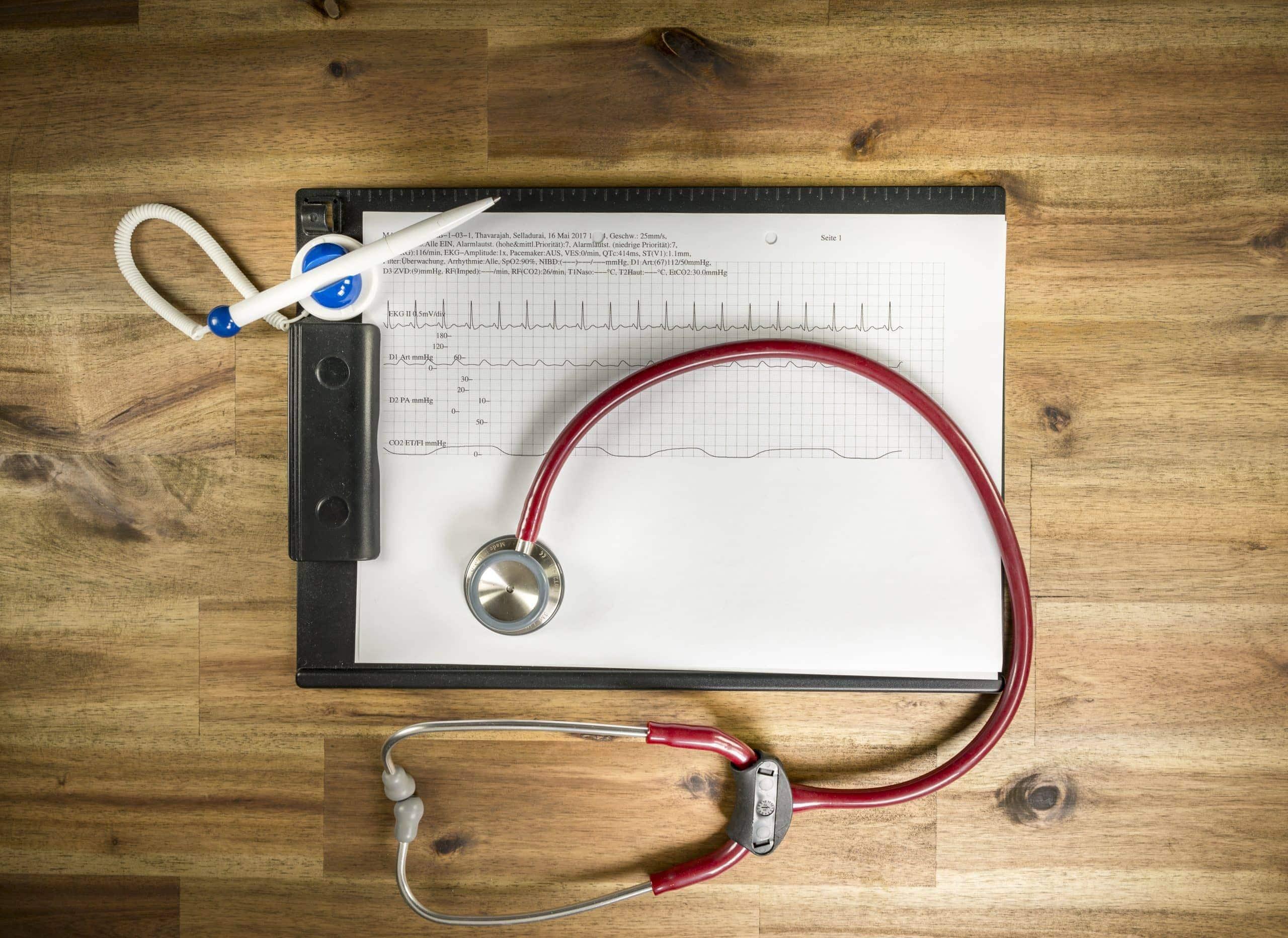 Kugelschreiber, Patientenakte und Stethoskop