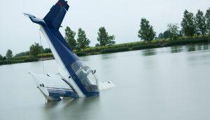 Ein kleines Flugzeug, das in einen See gestürzt ist
