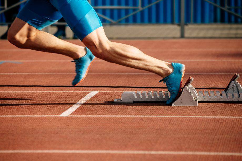 Läufer startet vom Startblock
