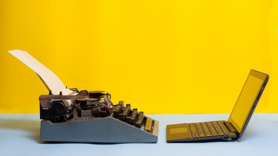 Schreibmaschine und Laptop