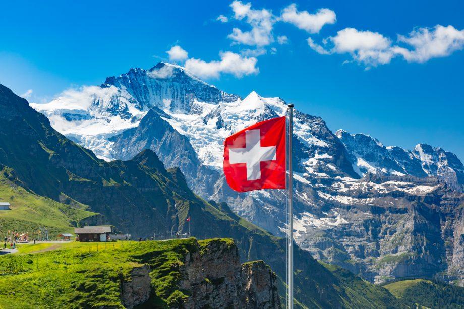 Schweiz mit Gebirge und der schweizer Flagge in Bern