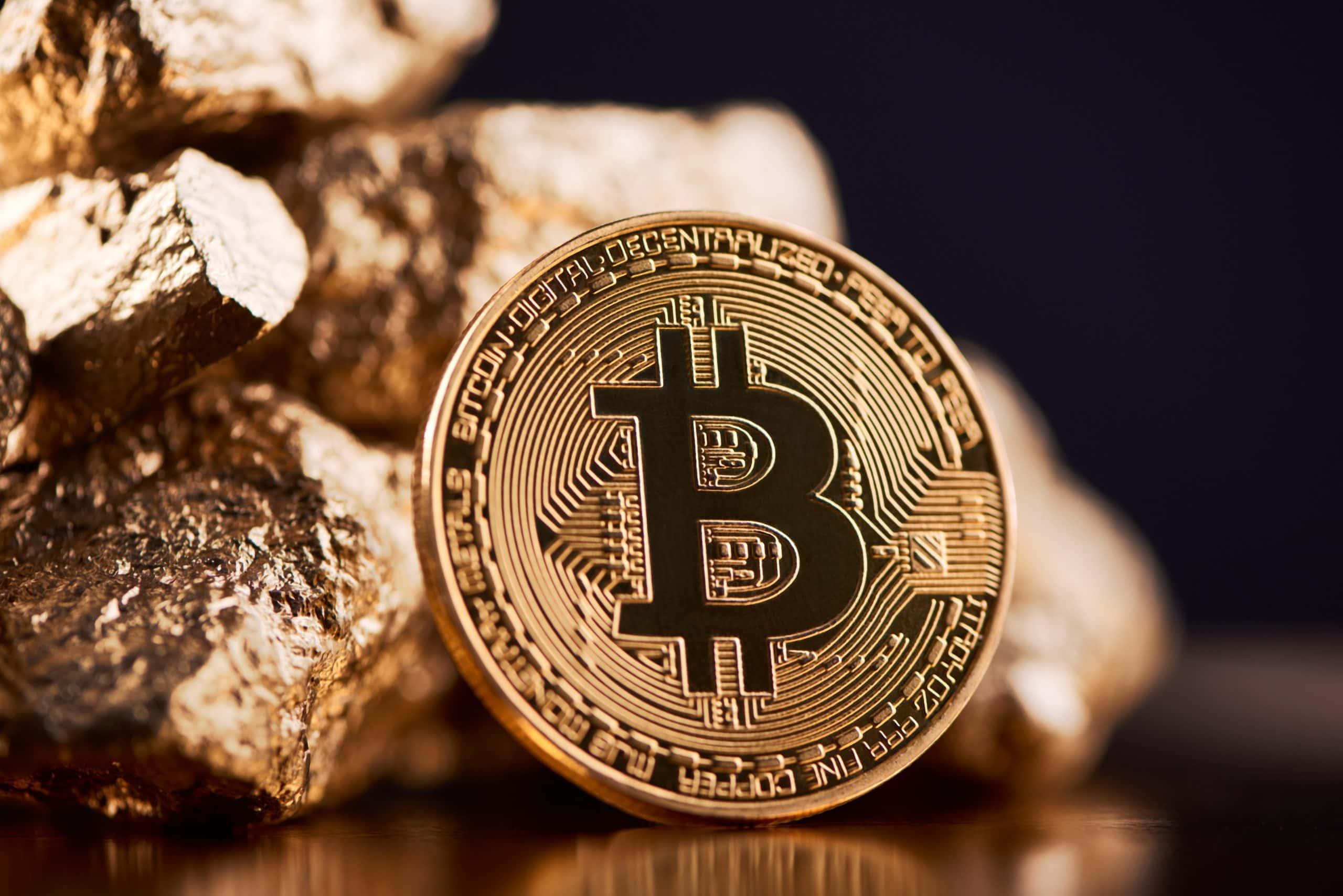 Bitcoin-Münze vor Gold-Nuggets