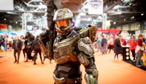 Eine Activision-Spielfigur steht auf dem Messegelände.