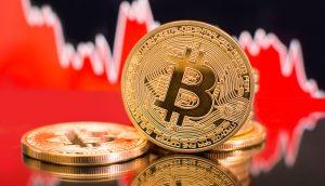 Bitcoin-Münze vor Roter Chart