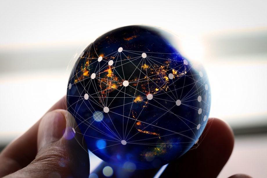 Kleiner Globus mit dezentral verbundenen Punkten