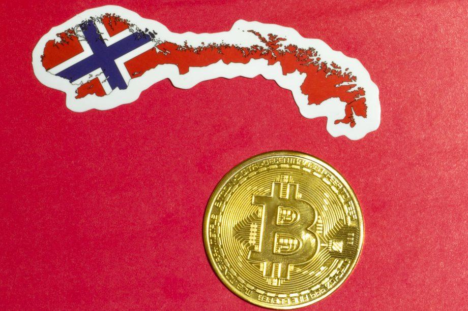 Bitcoin-Münze unter Norwegischer Landkarte/Flagge