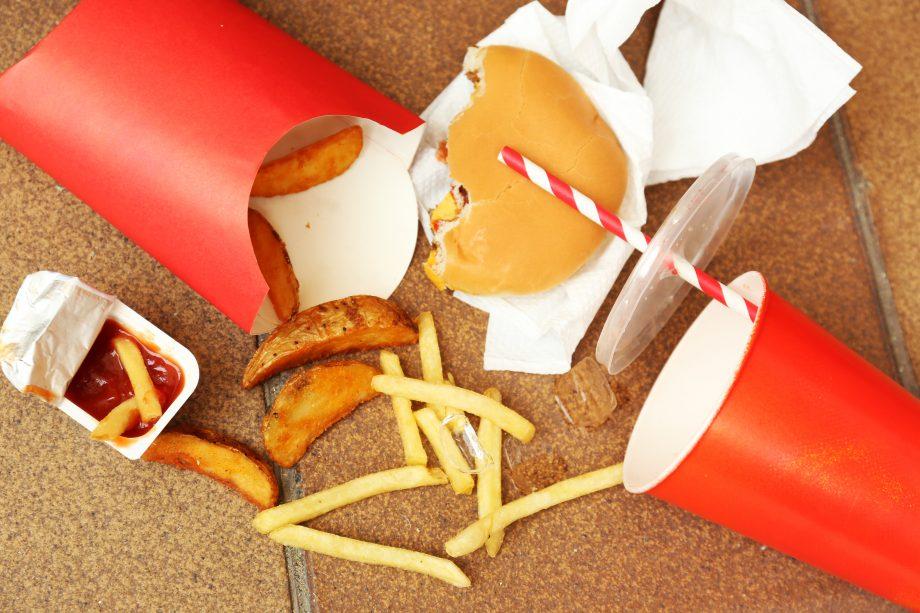 Fastfood-Artikel die auf dem Boden liegen