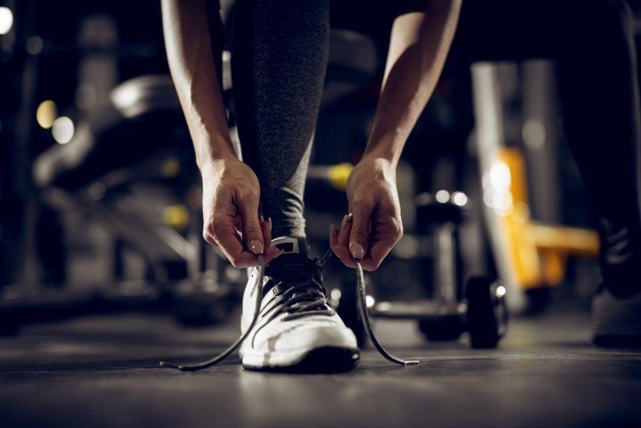 Person schnürt einen Schuh