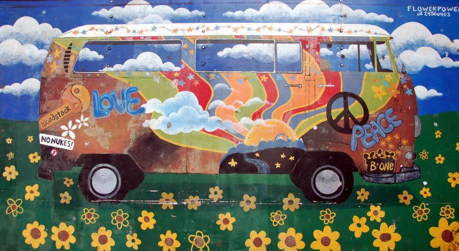 Wandmalerei die einen hippieeseken VW-Bus zeigt