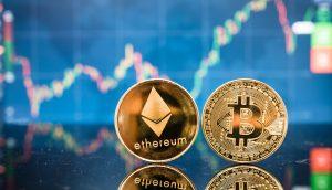 Bitcoin und Ethereum Münzen vor einer Chart