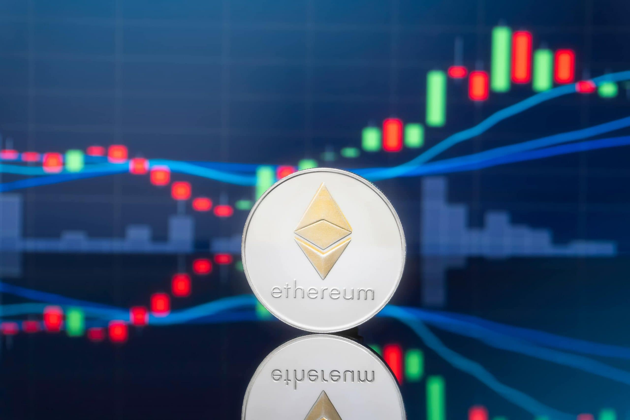 Ethereum-Münze vor einem Chart
