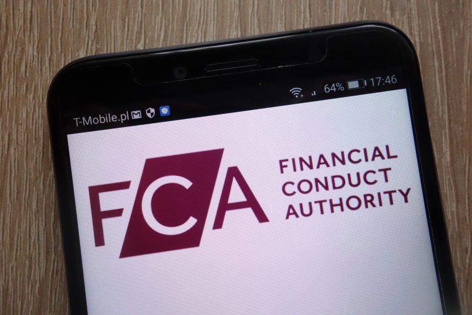 Logo der FCA auf einem Smartphone