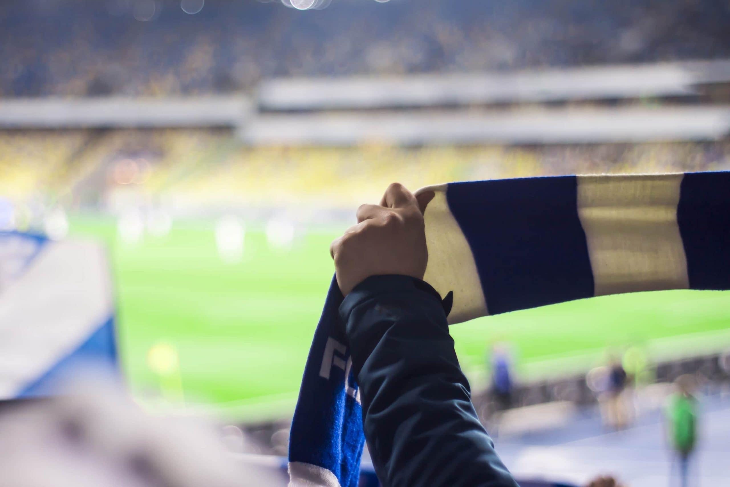 Fußball Fan hält Schal