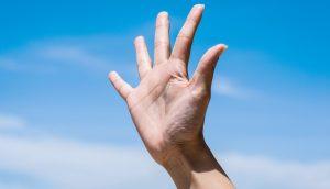 Hand zeigt fünf Finger