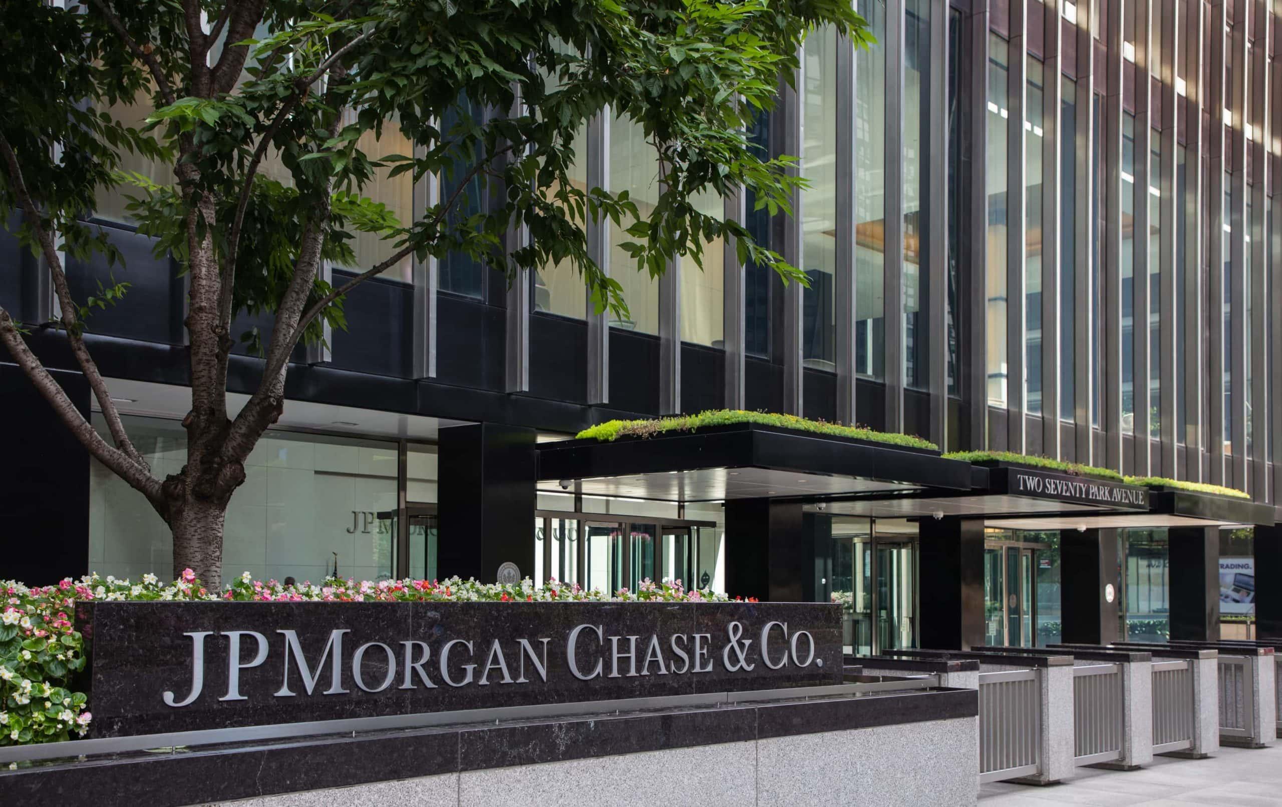 JP-Morgan-Schriftzug auf Gebäude der Bank in New York