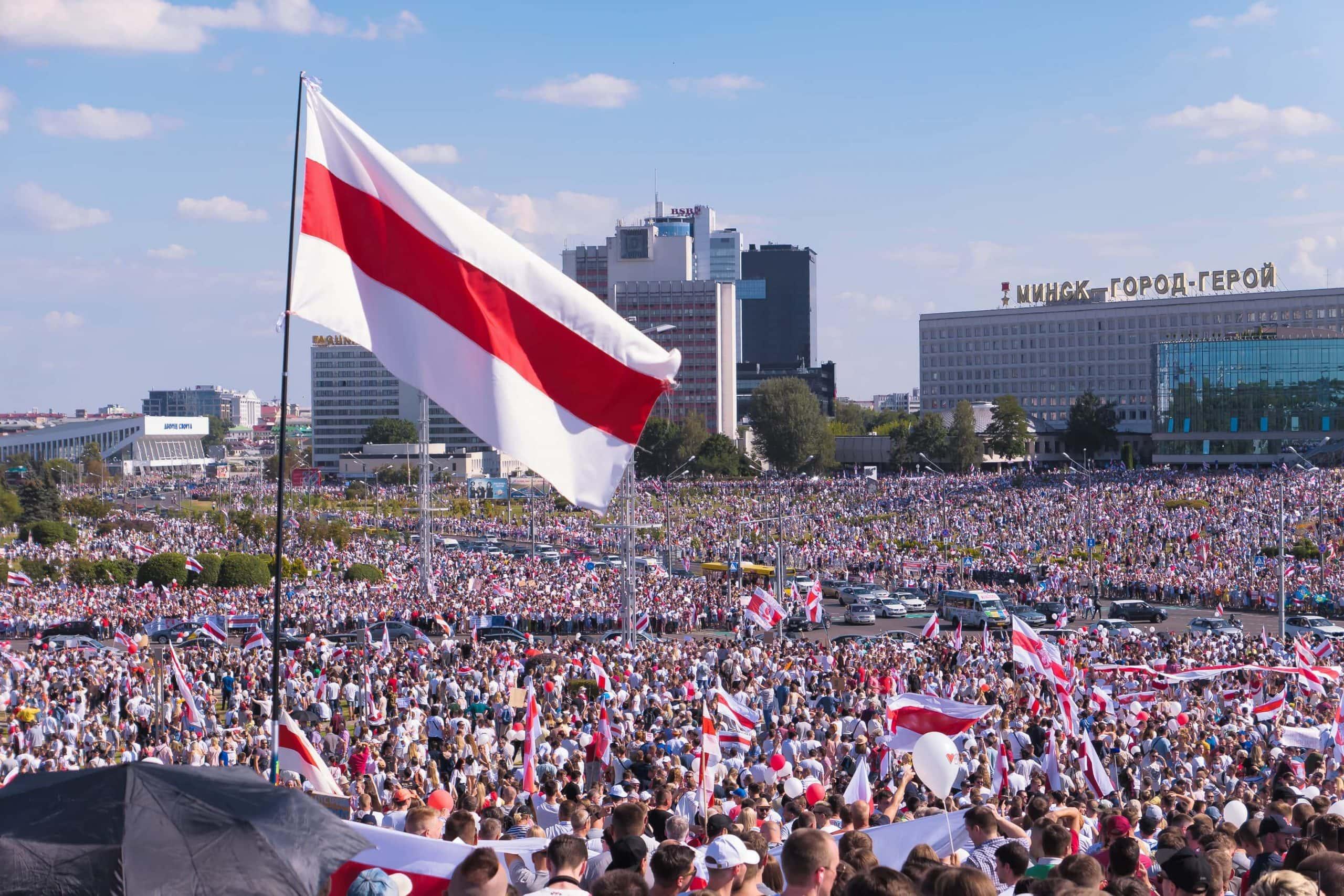 Demonstranten in Belarus mit früherer Landesflagge