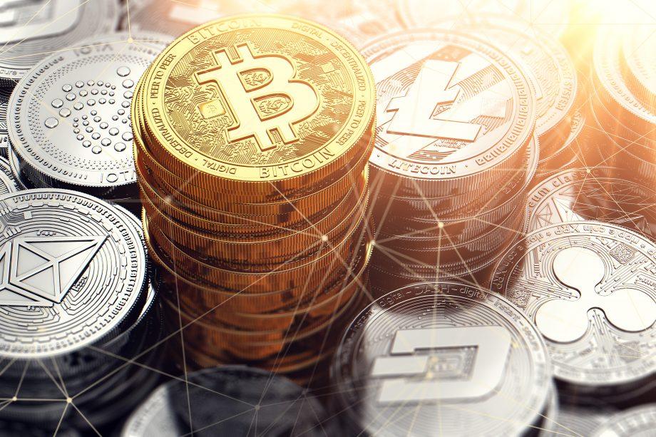 Goldene Bitcoin-Münzen auf einem Haufen