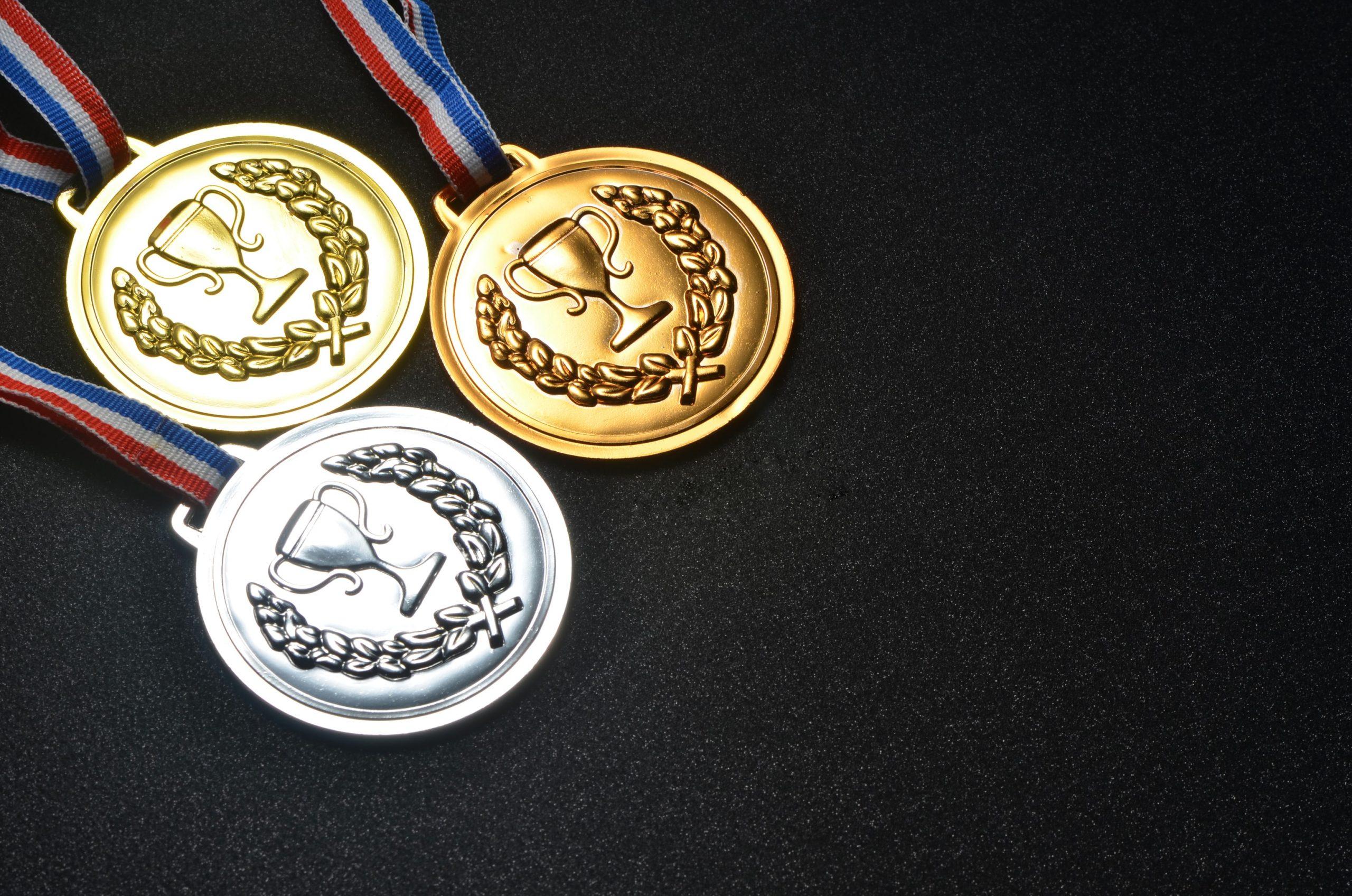 Medaillen auf schwarzem Hintergrund
