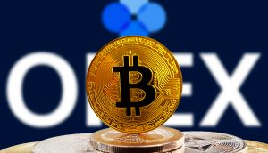 OKEx Logo hinter Bitcoin Münze