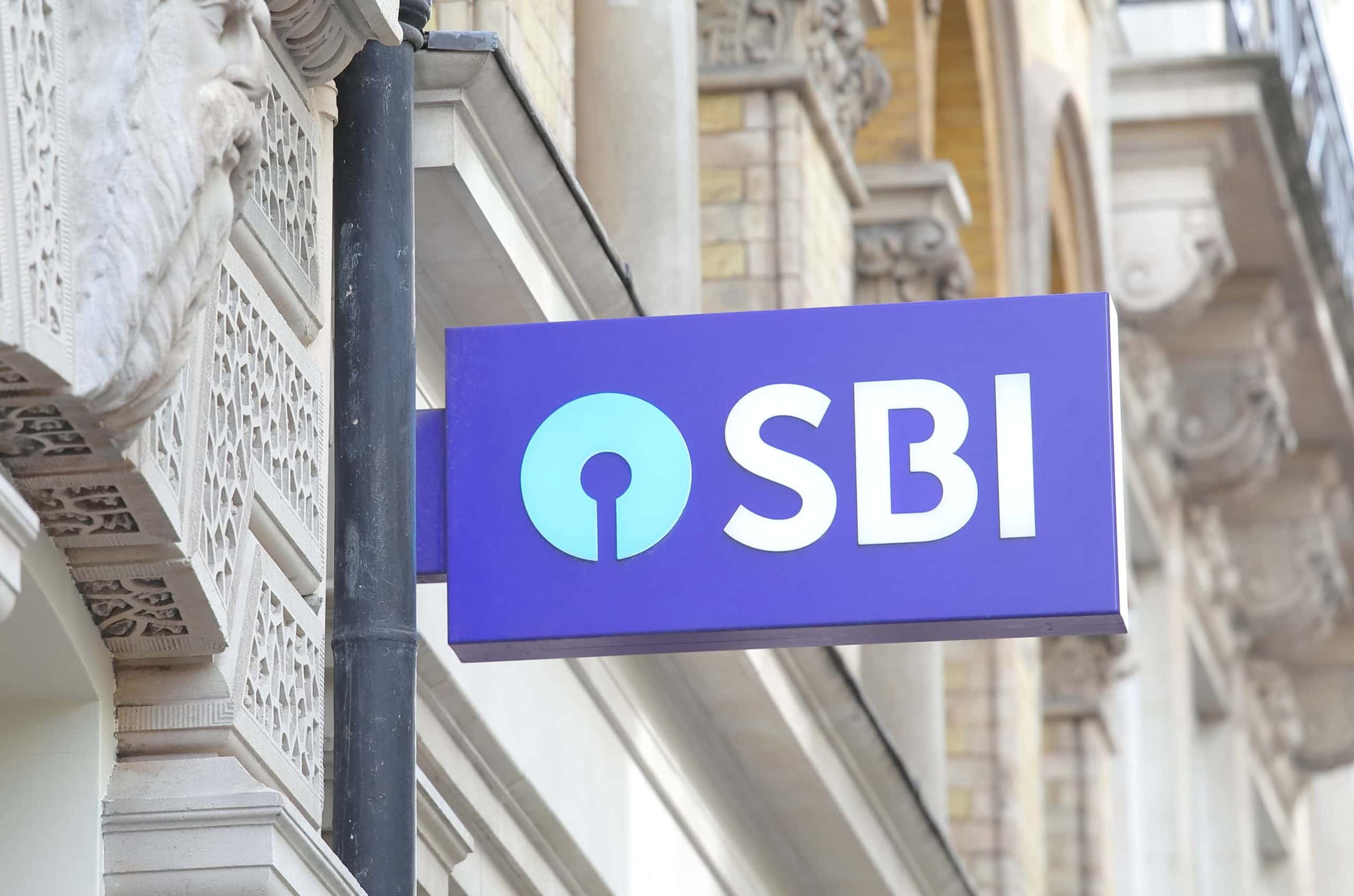 Schilde mit SBI Logo an einem Gebäude