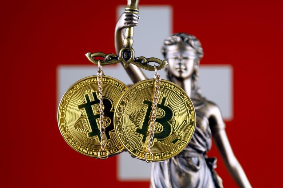 Schweizer Flagge hinter Bitcoin-Münzen