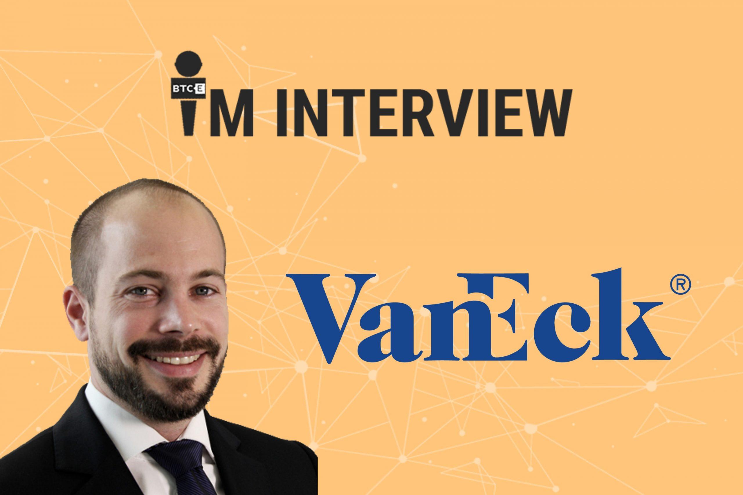 Dominik Poiger und das Logo von VanEck