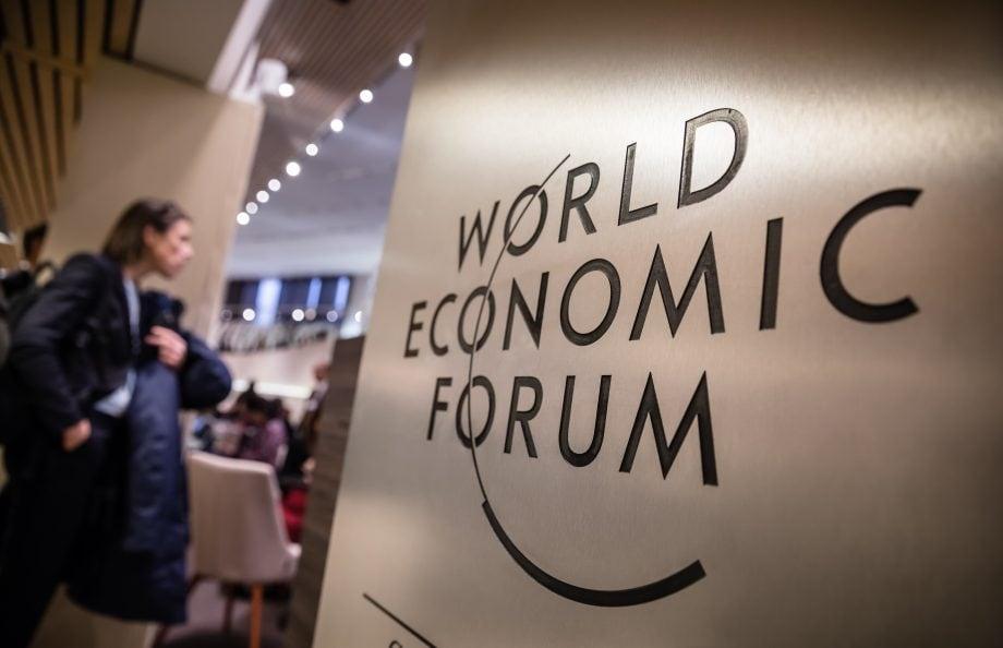 Weltwirtschaftsforum-Logo auf einer Konferenz
